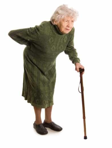 starija pogurena žena